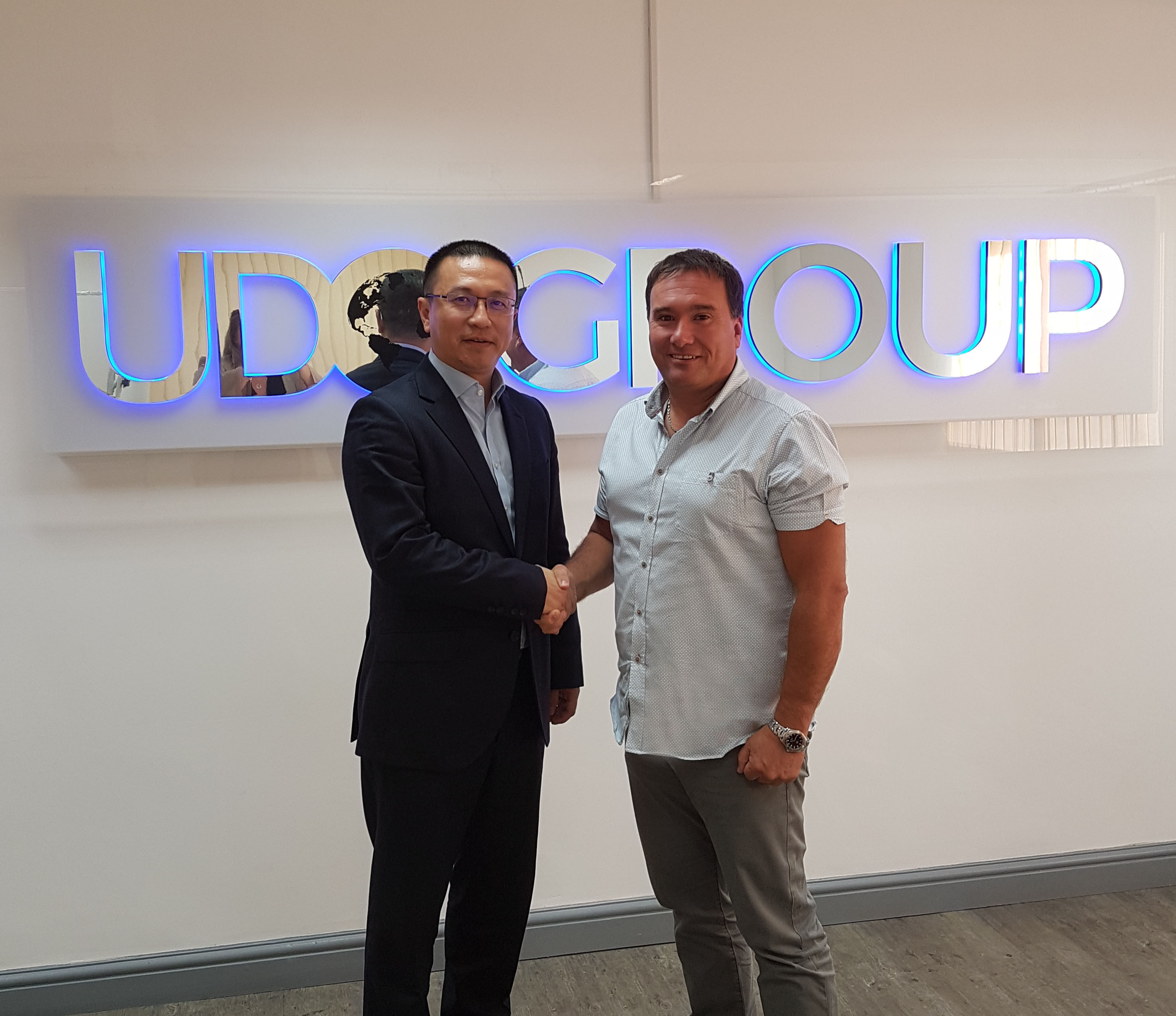 Gong Hua CEO of Cherry Sports shakes hands with Simon Dibley, CEO and Founder of UDO